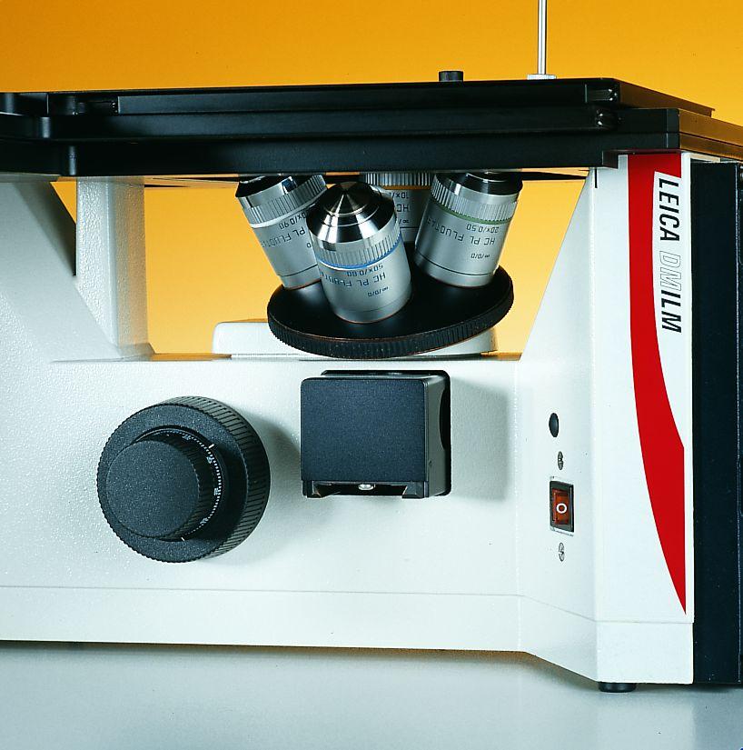 대물렌즈 마운트의 4구 노스피스, 리플렉터슬라이드 (reflector slide), 초점컨트롤이 갖춰진 현미경 중심부