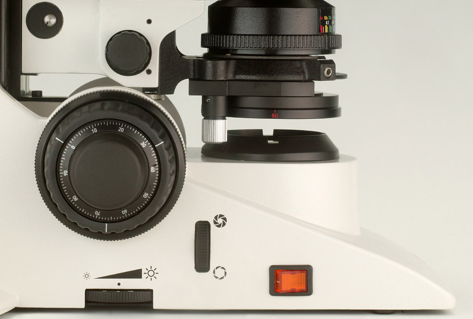 3-gear focus drive Extremely precise focusing: with the Leica DM2700 P, you can switch between fine [1 mm] and medium [4 mm] micrometer scale.